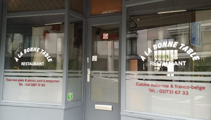 décoration vitrine film effet sablé + lettrage restaurant